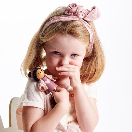 Slika Tender Leaf Toys® Lutka Ayana z mačkom Ayana and her Cat