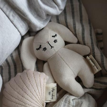 Konges Sløjd® Igračka z ropotuljico Mini Rabbit Off White
